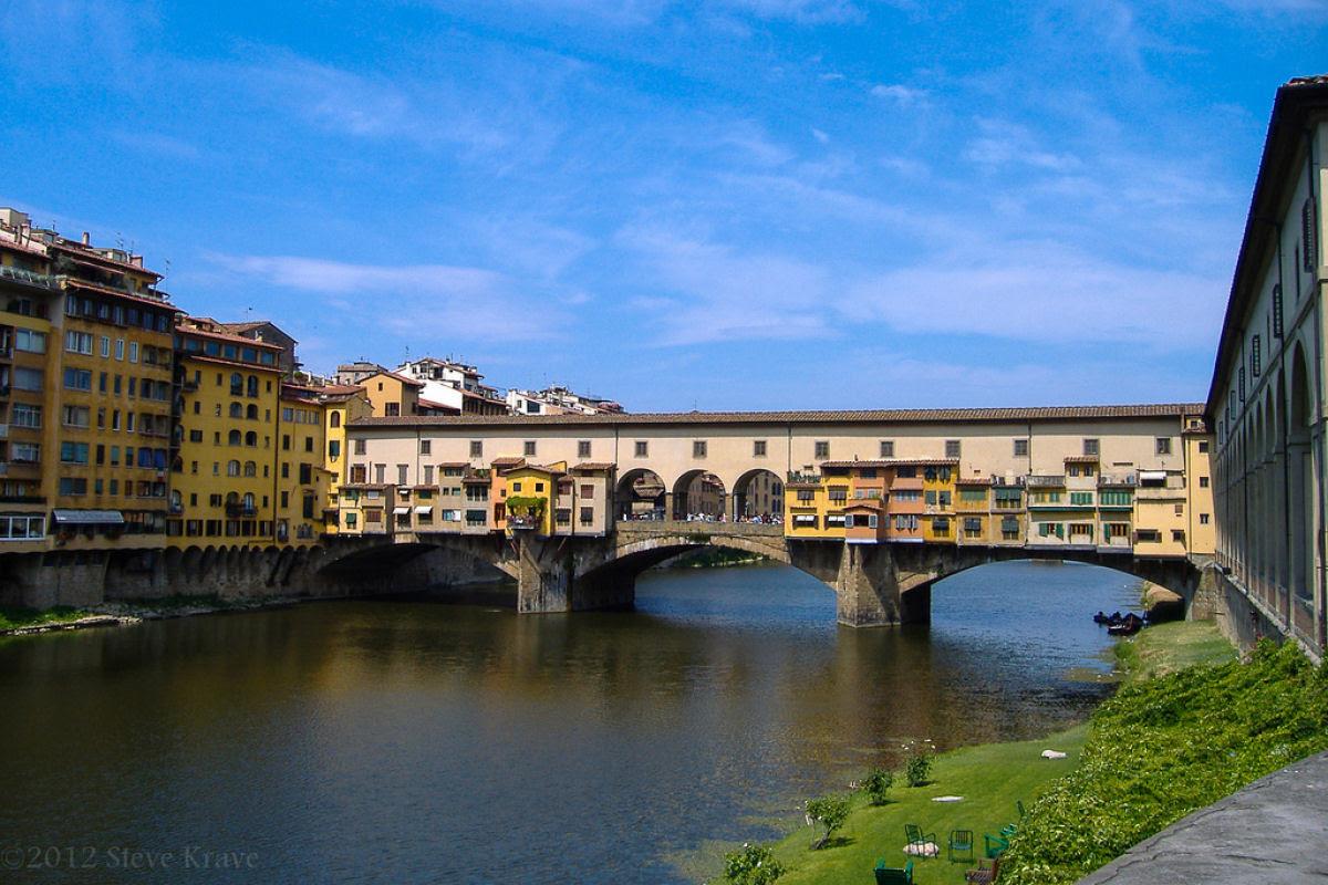 Ponte Vecchio: A Ponte Medieval cheia de lojas em Florença, Itália 02