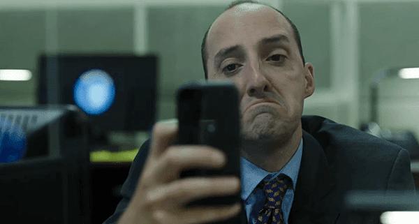 Outro agente da CIA extra-não-threatning é esse cara que continuo vendo.  Nesta cena, ele está enviando uma selphie frowny face ao seu namorado porque ele quer estar em casa com ele.  Aaaaw :(