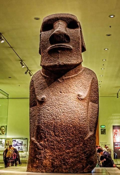 Vista frontal de un moai de la Isla de Pascua. Nótese la posición de sus manos respecto al ombligo.