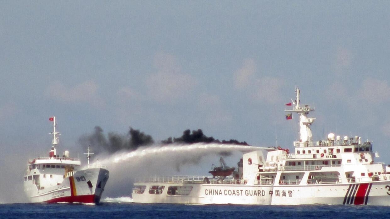 Một tầu hải cảnh Trung Quốc bắn vòi rồng vào tầu tuần tra Việt Nam ở Biển Đông, ngày 02/05/2019.