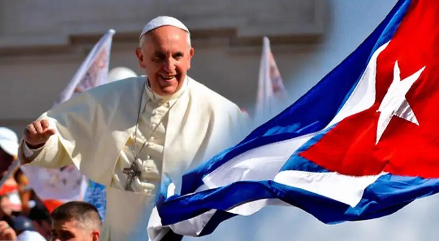 Papa Francisco. Foto: Daniel Ibáñez - ACI Prensa / Bandera de Cuba. Foto: stuart Burns (CC BY 2.0)