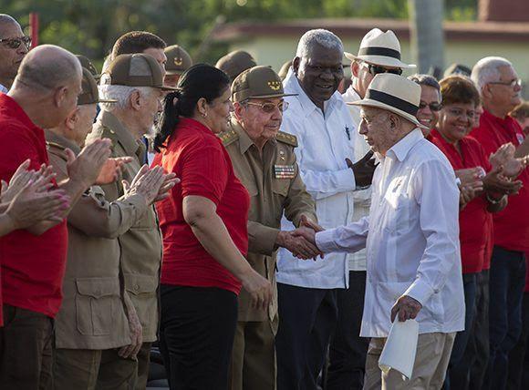Raúl saluda a Machado Ventura, quien estuvo a cargo de las plabras centrales del acto. Foto: Irene Pérez/ Cubadebate.