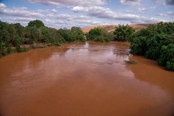 Passagem da lama pelo Rio Doce, devido ao rompimento de barragens em Mariana, causa desastre ambiental em Governador Valadares (MG)