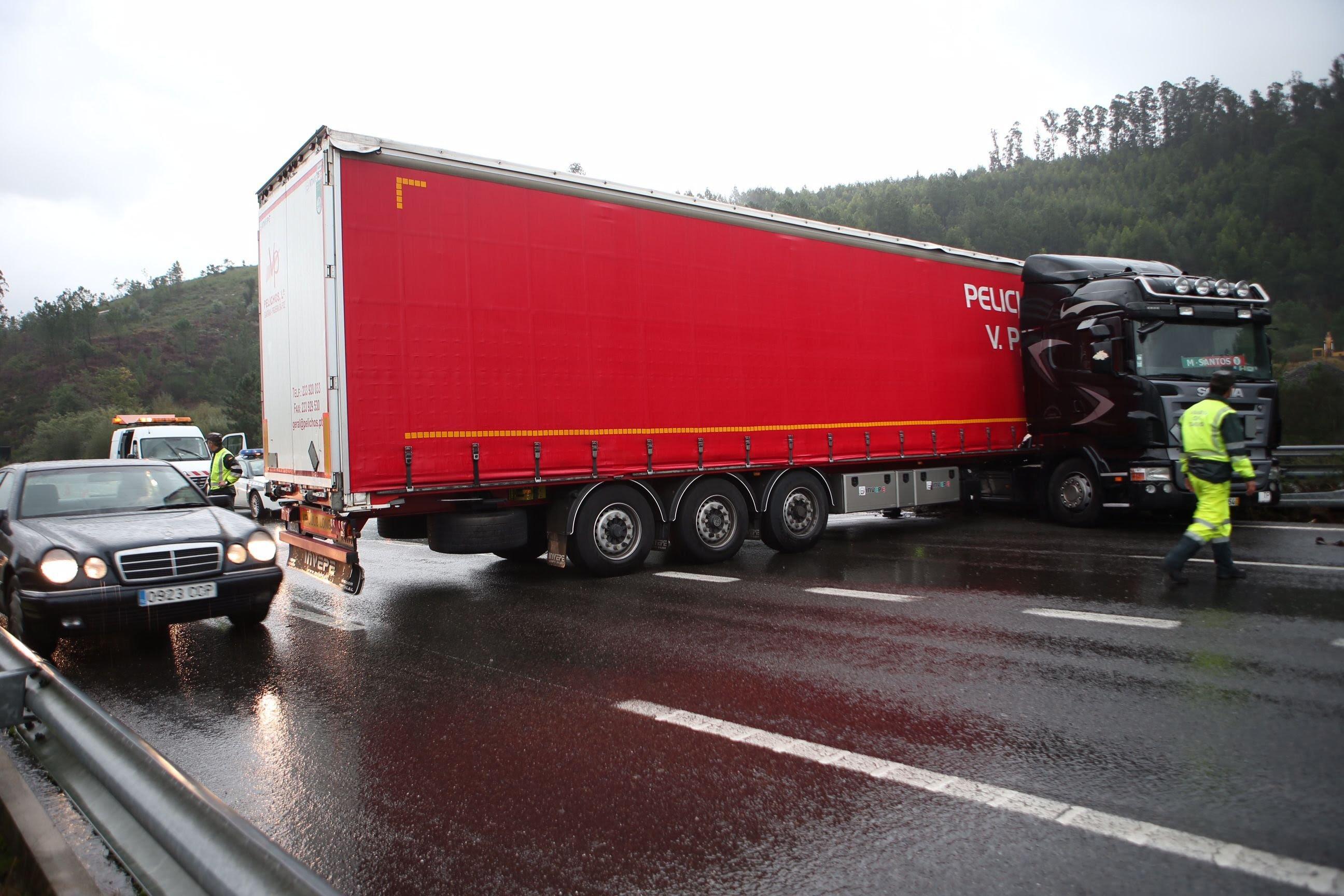 """El 3 de noviembre otro camión hizo la """"tijera"""" en la autovía, que quedó bloqueada."""