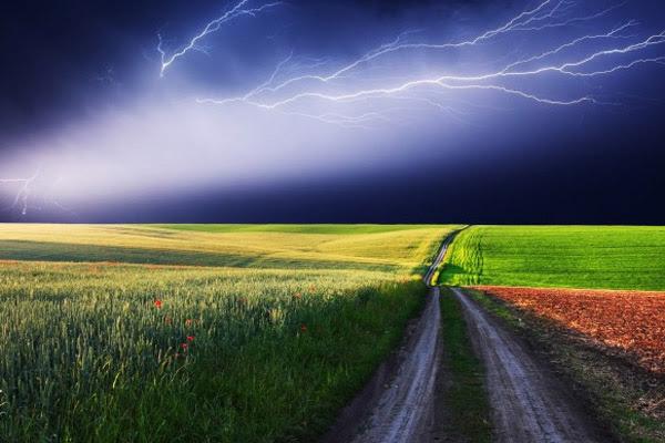 Молния, что делать во время грозы, чтобы не ударила молния, как спастись от шаровой молнии, куда бьет молния, правила поведения во время грозы, во время грозы разговаривать по мобильному телефону