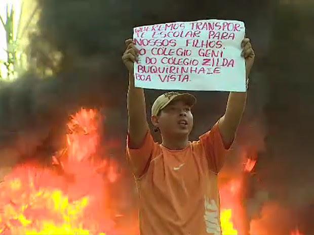 Moradores protestam contra a falta de transporte escolar em São José (Foto: Reprodução/ TV Vanguarda)