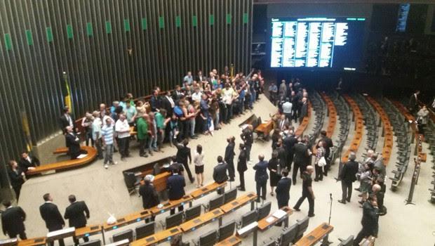 Plenário da Câmara invadido por manifestantes que pediam intervenção militar (Foto: Bernardo Caram/G1)