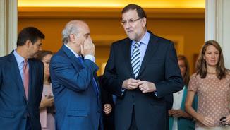 Jorge Fernández Díaz parlant amb Mariano Rajoy a l'entrada del palau de La Moncloa (Reuters)
