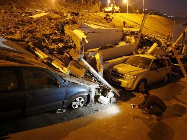Carros presos em escombros após terremoto de magnitude 8,2 atingir o Chile na noite de terça-feira (1º). (Foto: Ivan Alvarado / Reuters)
