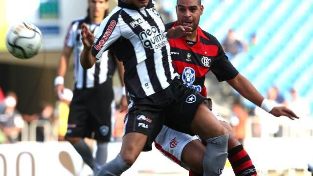 Adriano, com a camisa do Flamengo, em clássico contra o Botafogo