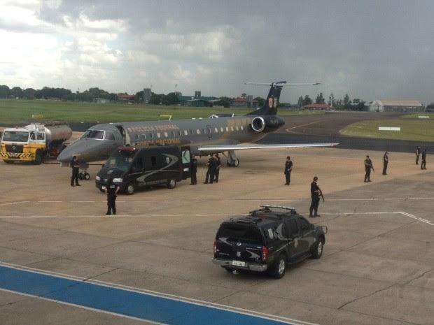 Presos que saíram do Maranhão desembarcam no Aeroporto de Campo Grande (Foto: Nadyenka Castro / G1 MS)