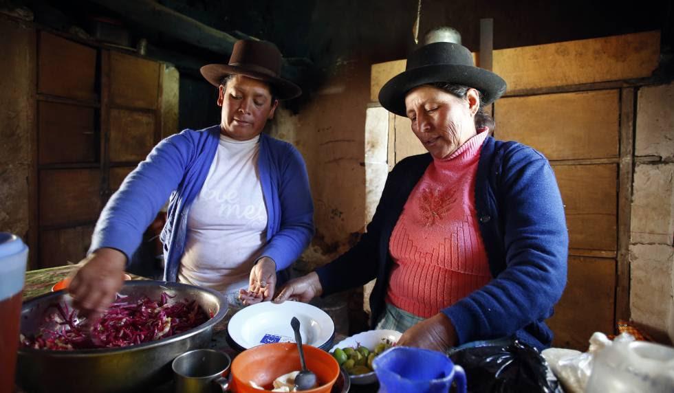 Dos mujeres cocinan en la sierra de Perú.