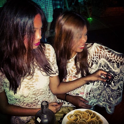 At the Hipstar party last night, the hubadera twinsies @annacanlas and @karenbolilia doing their versions of openworks: lace and lattice.
