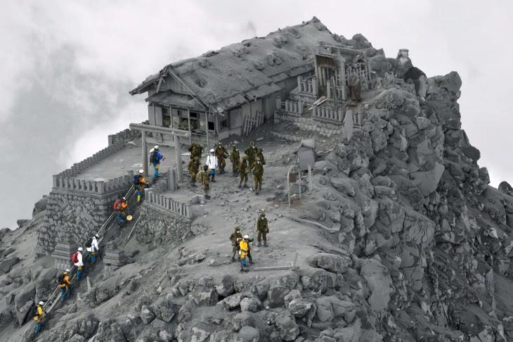 templo cubierto de cenizas en japón