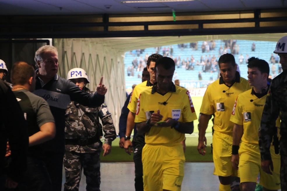 Abel Braga reclamou a não marcação de um pênalti no zagueiro Henrique: ''Mudou o jogo'' (Foto: Eduardo Moura)