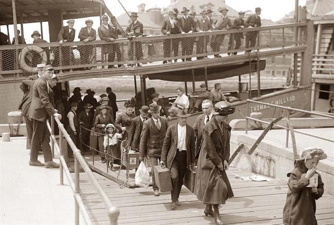 http://www.vosizneias.com/wp-content/uploads/2010/09/Emigrants-Arriving-Ellis-Island.jpg