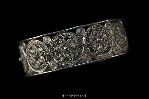은으로 만든 묘족의 여러 장신구