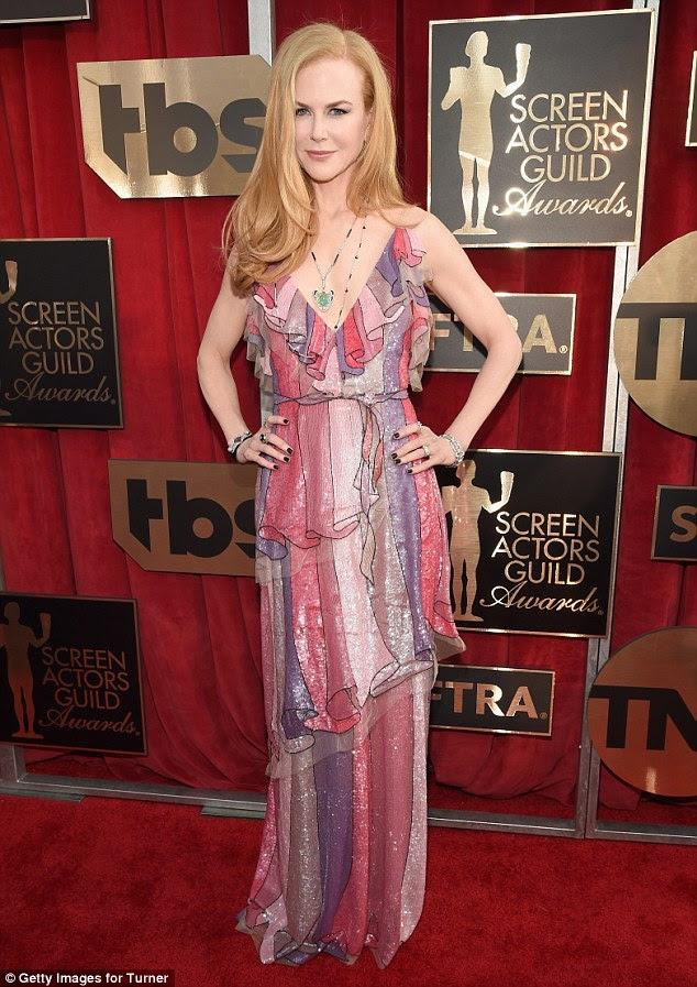 Olhar interessante: Nicole Kidman certamente sabia como se destacar quando ela saiu com os Screen Actors Guild Awards em Los Angeles na segunda-feira à noite