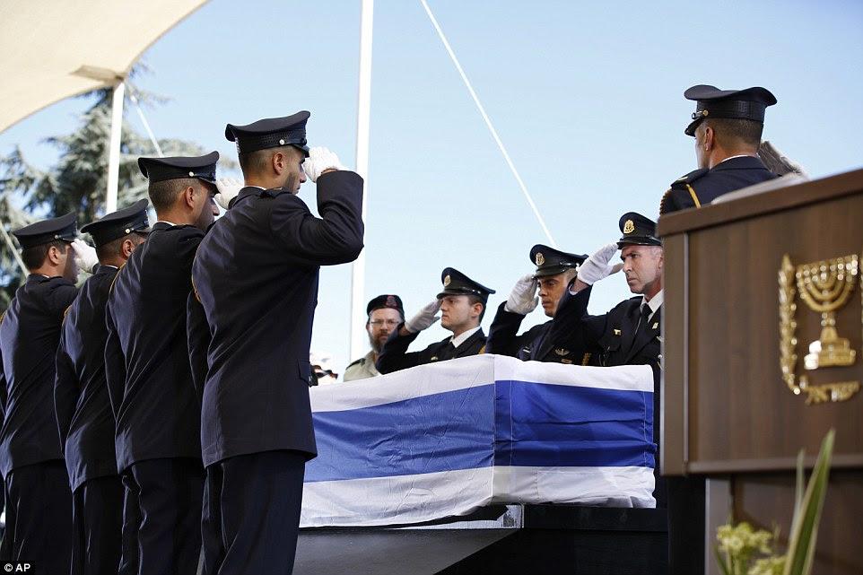 Salute: Guarda colocar o caixão do ex-presidente israelense, Shimon Peres em um pódio para o funeral