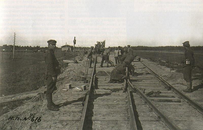 Archivo: Колчаковцы ремонтируют железнодорожные пути.jpg