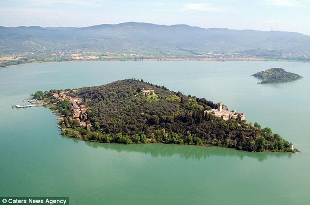 The castle overlooks the village's tennis courts, harbours and the nearby coast ofPassignano sul Trasimeno