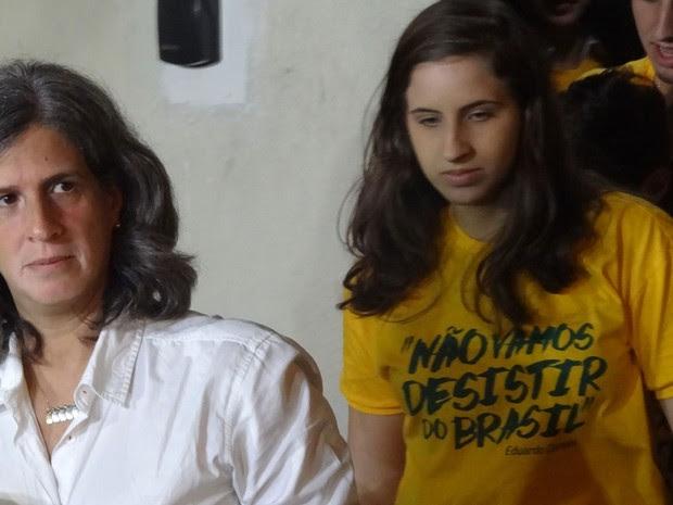 Renata Campos e Maria Eduarda Campos deixam casa, com destino à base aérea do Recife (Foto: Vitor Tavares / G1)
