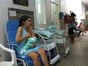 Aline se recupera em cadeira na maternidade (Foto: Caroline Holder/ G1)