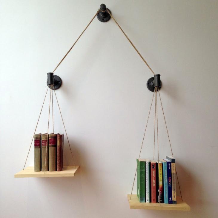 Полки для книг, которые выполнены из сантехнических деталей, а выглядят как весы: