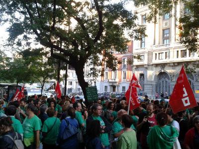 La Policía evitó que los manifestantes madrileños cortaran el tráfico frente a la Consejería y el Ministerio de Educación. PÚBLICO