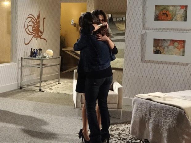 Waleska e Morena se abraçam depois de tanto tempo (Foto: Salve Jorge/TV Globo)