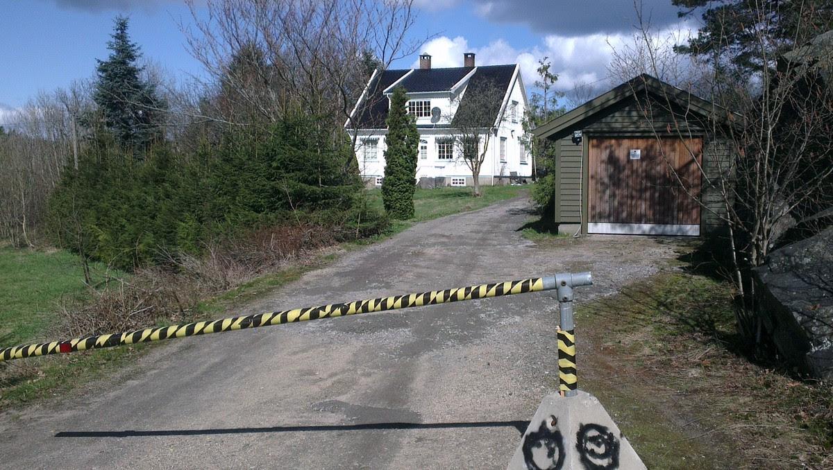 Bandidos Randesund - Bandidos har tilhold i dette huset i Randesund i Kristiansand. Fire personer ble pågrepet av politiet. - Foto: Odd Rømteland / NRK