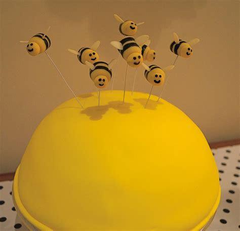 Recipe :: Marzipan Bumble Bee Cake Topper Tutorial