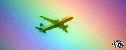 Ilustrační foto - Letadlo prolétá duhou - ilustrační foto