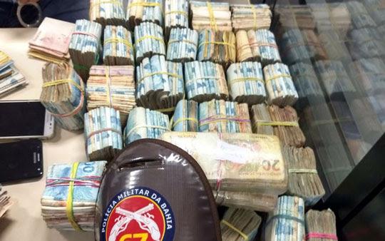 Polícia apreendeu R$ 364 mil com dupla em Feira de Santana | Foto: Divulgação/SSP