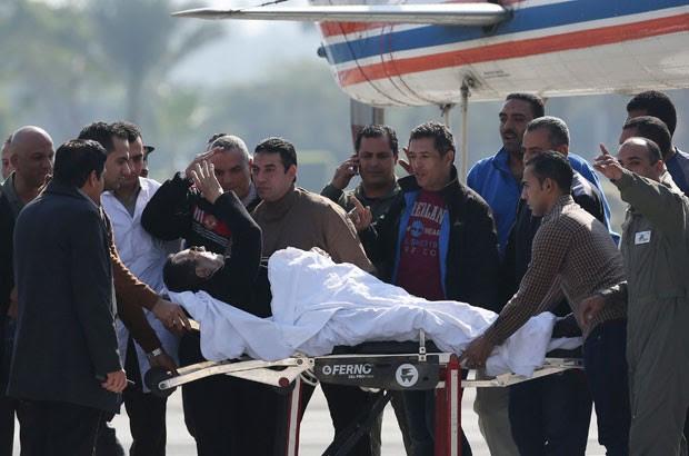 Ex-presidente egípcio foi de maca até o tribunal. Após audiência, ele retornou ao hospital militar Maadi, no Cairo. (Foto: Asmaa Waguih/Reuters)
