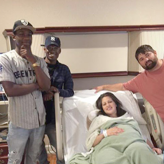 Couple Accidentally Texts Strangers About Newborn, Strangers Show Up to Congratulate Them at Hospital