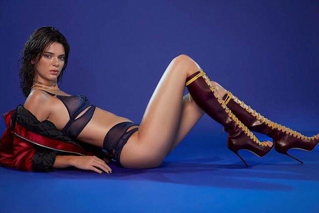 Wowzers!  Kendall enviou temperaturas subindo como ela posou para o quinto dia da contagem regressiva de Natal incrivelmente - optando por mal lingerie lá e joelho atrevido botas de cano alto