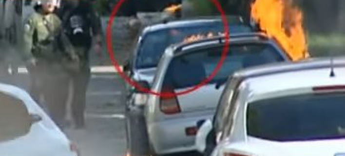 Εξάρχεια: Πέταξαν 2 βόμβες μολότοφ σε ΙΧ την ώρα που ήταν μέσα γυναίκα [βίντεο]