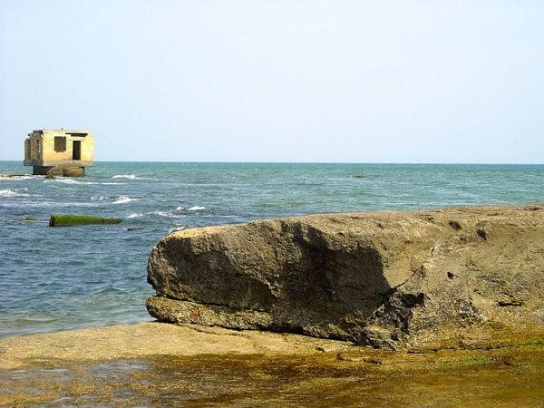 Каспийское море постепенно наступает на Дербент / Фото из России