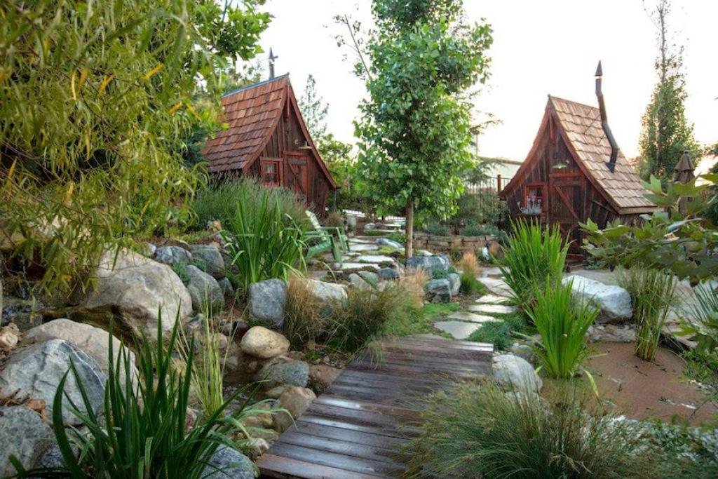 Minúsculas casinhas de madeira recuperada que parecem retiradas de páginas de contos infantis 09
