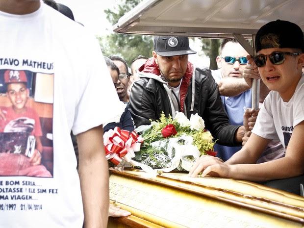 MC Gui se emociona no enterro do irmão Gustavo Castanheira, no Cemitério da Vila Alpina, zona leste de São Paulo, nesta terça-feira(22) (Foto: Ale Vianna/Brazil Photo Press/Estadão Conteúdo)