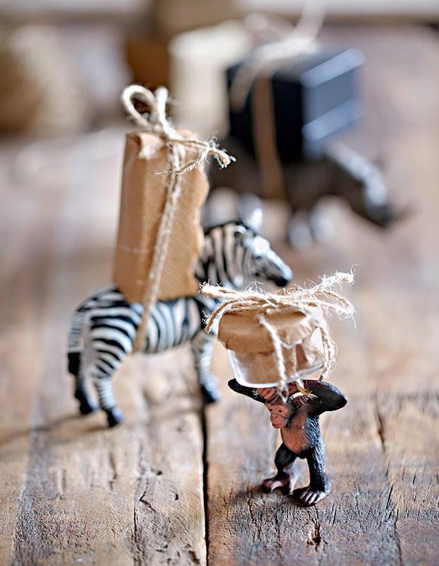 Bichinhos miniaturas carregando caixas embrulhadas em papel pardo