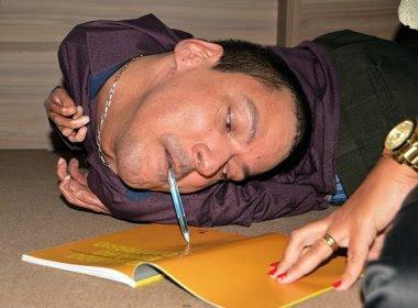 Feira: Baiano com cabeça virada para trás lança livro e mostra exemplo de fé e superação