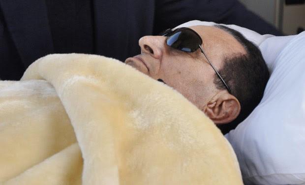 O ex-ditador egípcio Hosni Mubarak em 29 de janeiro em tribunal no Cairo (Foto: AP)