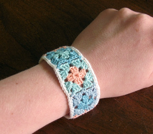 Crochet Granny Square Bracelet - Tutorial ✭Teresa Restegui http://www.pinterest.com/teretegui/ ✭