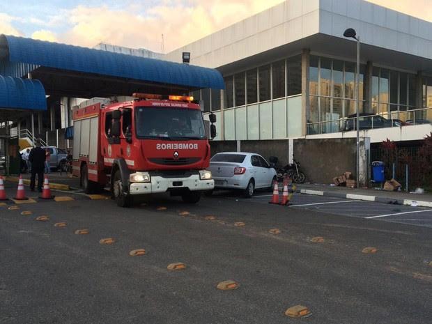 Equipe do Corpo de Bombeiros deixou universidade por volta das 17h (Foto: Maiana Belo/G1)