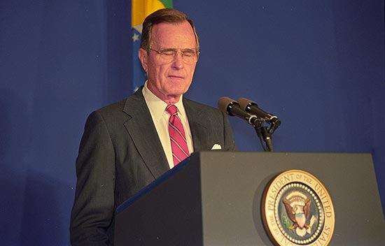 O presidente norte-americano George H. W. Bush, em conferência à imprensa no hotel Sheraton, no Rio de Janeiro