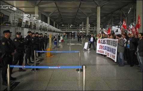 La Policía ha establecido un cordón policial frente al mostrador de British Airways en el aeropuerto Pablo Ruiz Picasso de Málaga.