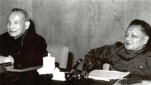 三中全会以后,陈云(左)从中央委员升到副主席,而邓小平(右)变成了握有实权的第一位。