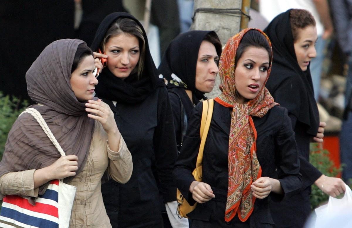Mujeres iranís en una calle de la capital, Teherán, y llevando el velo.